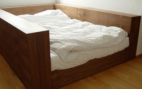 un chinois met au point un lit antis isme etrange et insolite. Black Bedroom Furniture Sets. Home Design Ideas