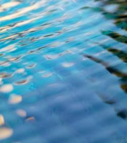 une piscine chauffer l aide des eaux us es etrange et insolite. Black Bedroom Furniture Sets. Home Design Ideas