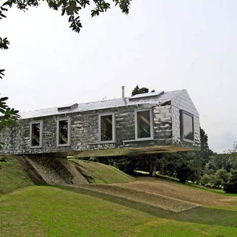 une maison suspendue dans le vide etrange et insolite