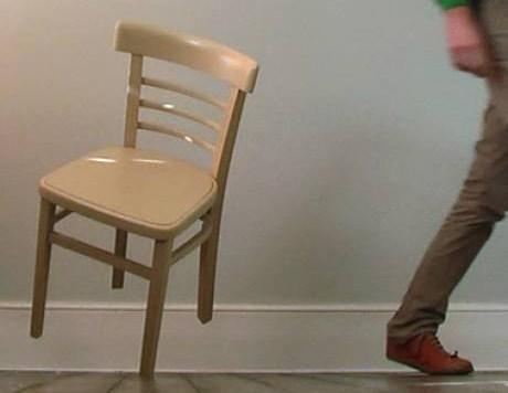 une chaise qui tient en quilibre sur un seul pied vid o etrange et insolite. Black Bedroom Furniture Sets. Home Design Ideas