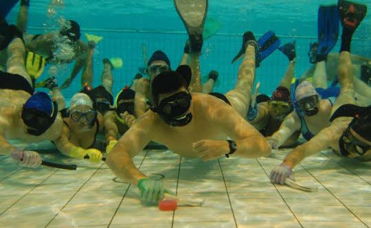 Du hockey au fond de la piscine etrange et insolite for Au fond de la piscine