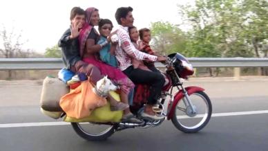 6 personnes et 2 chiens sur une moto etrange et insolite. Black Bedroom Furniture Sets. Home Design Ideas