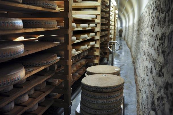 Un tunnel ferroviaire reconverti en cave d affinage pour fromages haut de gam - Cave affinage fromage electrique ...