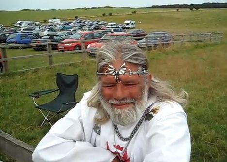 Ce biker à la barbe grisonnante se prend pour le Roi Arthur Capture-32