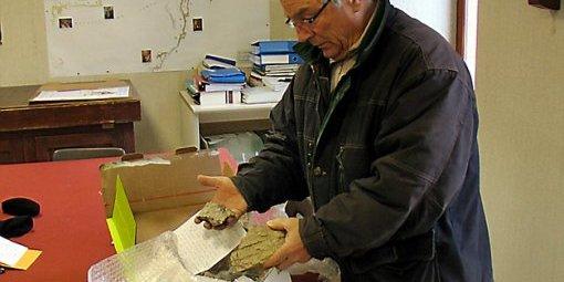 """Jean-Pierre Delord montre les pierres du pic que lui a renvoyées un homme par """"Colissimo"""". (Photo B.C.)"""