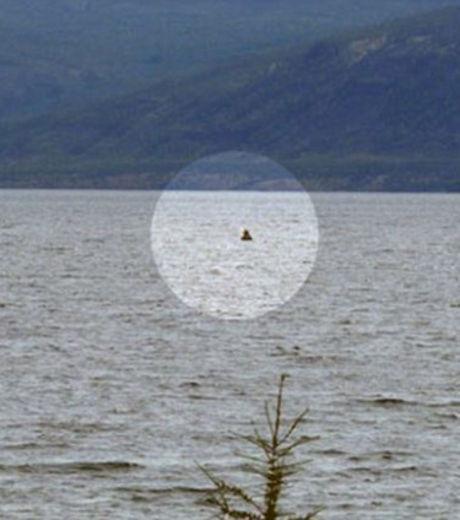 Sur cette photo, le monstre du lac Labynkyr, en Sibérie, aurait sorti sa tête de l'eau