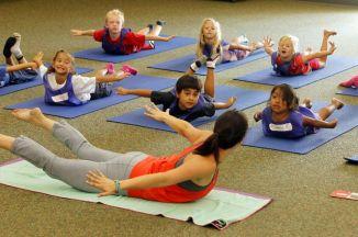 Une poursuite civile a été déposée mercredi droits visant à arrêter l'enseignement du yoga dans les écoles publiques Encinitas au motif que le yoga représente l'endoctrinement religieux.