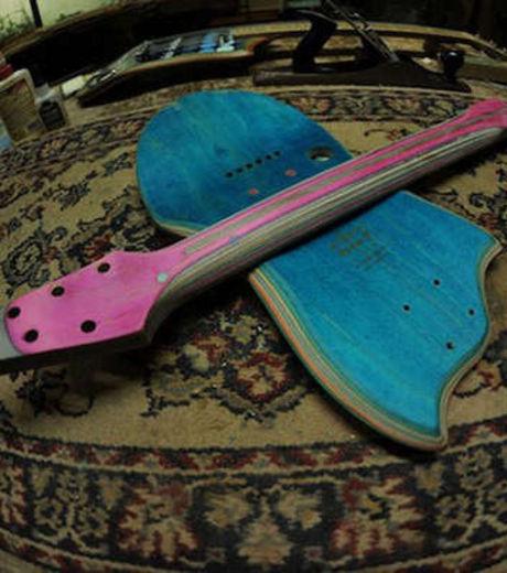 Cette ancienne planche de skateboard est devenue une guitare