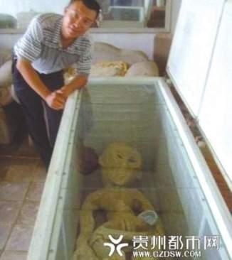 """Monsieur Li pose aux côtés de son """"alien"""". © Weibo."""