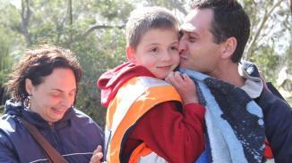 Sept ans Simon Kruger revient avec ses parents Etienne et Linda après avoir été perdu pendant près de 24 heures à la profonde parc de conservation du ruisseau. Photo: Tait Schmaal Source: Nouvelles Limitée