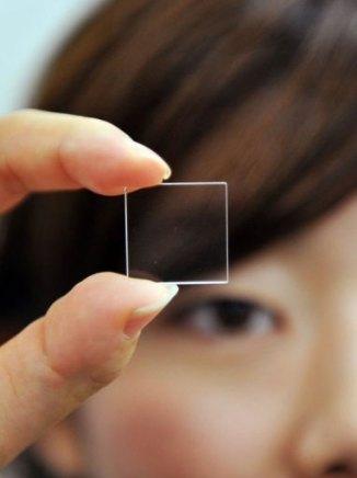 Une fine plaque de quartz, développée par Hitachi et susceptible de stocker indéfiniment des données. (AFP, Yoshikazu Tsuno)