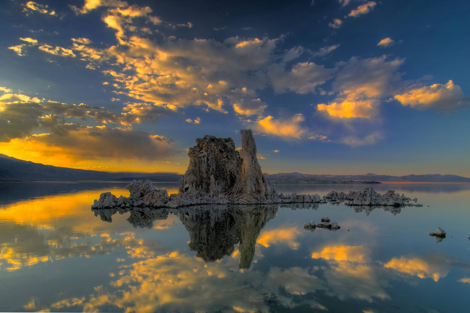 limage du jour mono lake california sunset etrange et insolite. Black Bedroom Furniture Sets. Home Design Ideas