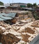 """La tablette a été découverte dans les ruines d'une bâtisse romaine, sûrement détruite en mai 363. Cette dernière était située dans la """"Cité de David"""", à Jérusalem."""