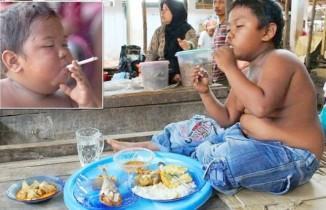 Âgé de 2 ans et clope au bec, Aldi Rizal avait choqué le monde en 2010.