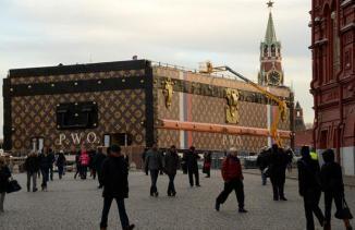 La malle Louis Vuitton sur la place Rouge à Moscou. KIRILL KUDRYAVTSEV/AFP