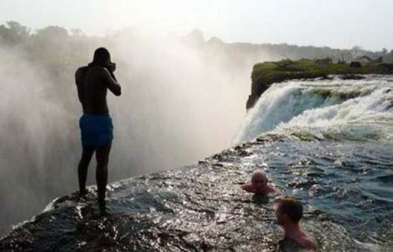 La piscine la plus dangereuse du monde vid o etrange for Chutes victoria piscine du diable