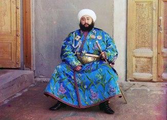 Emir Seyyid Mir Mohammed Alim Khan, l'émir de Boukhara, assis tenant une épée à Boukhara (Ouzbékistan actuel)
