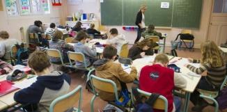 """Des élèves d'une classe de CM2 passent leur test d'""""évaluation nationale"""", le 18 janvier 2011 dans une école de la région parisienne. (BORIS HORVAT/AFP)"""
