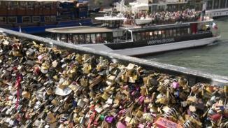 """Le Pont des Arts cède sous le poids des """"cadenas d'amour""""© Ouest France / Daniel FOURAY"""