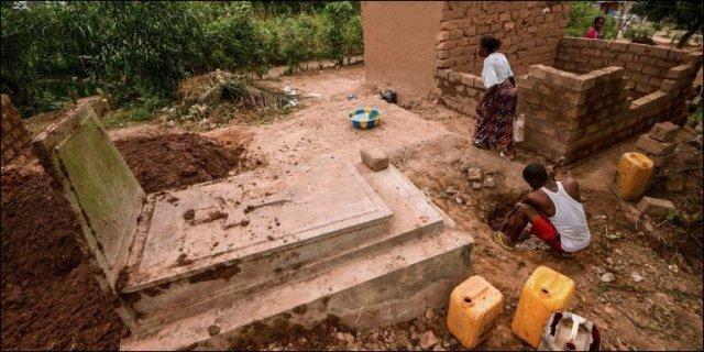 Des dizaines de familles vivent illégalement dans le cimetière de Kinsuka. (photo: AFP/Junior D.kannah)