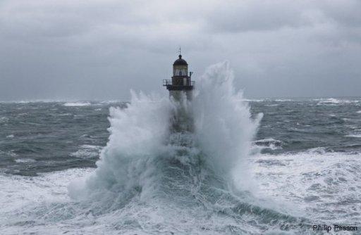 Le phare d'Ar Men en tempête.  Crédit : Philip Plisson