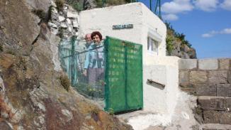 Paulette et Louis Le Floch à l'entrée de leur blockhaus, à Bréhec.   Ouest-France