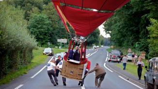 Aidée par un autre équipage, la montgolfière a pu être poussée sur le côté de la route sans dégâts ni pour les passagers ni pour les automobilistes.   Stéphane Daupley
