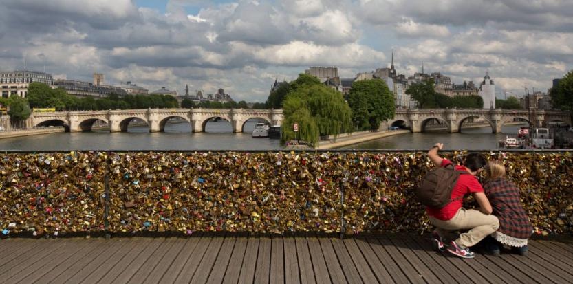 Cadenas d'amour sur le pont des Arts (ROMUALD MEIGNEUX/SIPA).