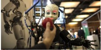 Le robot iCub, utilisé pour la recherche sur l'intelligence artificielle, ici au salon Innorobo, à Lyon, en 2013. (Laurent Cipriani/AP/SIPA)