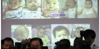Conférence de presse le 12 août 2014 au siège de la police de Bangkok, après la découverte de bébés conçus avec des mères porteuses thaïlandaises par un riche homme d'affaires japonais. (Athit Perawongmetha/Reuters)