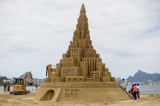 AFP/AFP - Le château de sable de 12 mètres de haut, sculpté par l'artiste américain Rusty Croft, le 11 novembre 2014 à Niteroi, de l'autre côté de la baie de Rio, au Brésil