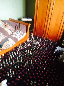 Dans cet appartement rennais, les agents de nettoyage ont dû débarasser des centaines de bouteilles. | DR