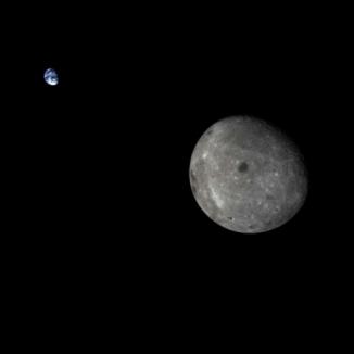 Lors de sa précédente mission lunaire réalisée en octobre 2014, laquelle était destinée à préparer la mission Chan'ge 5 prévue en 2017, la sonde chinoise Chang'e 5 T1 avait capturé ce stupéfiant cliché de la Terre et de la Lune. Crédits : CNSA / Xinhua