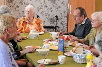 Repas de patients à Hogewey, centre qui accueille les malades d'Alzheimer depuis 2009 aux Pays-Bas.