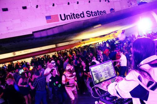 DJ Eva excite la foule. Après les conférences scientifiques, la soirée se transforme en une soirée dansante sur le thème de l'espace. PHOTO: SUSAN KARLIN