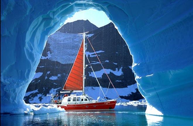 Yacht Vagabond dans les eaux arctiques - photo par Eric Brossier...