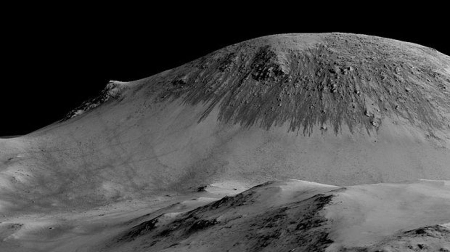 Ces traînées noires sur la planète Mars sont formées par de l'eau liquide. NASA/JPL/University of Arizona