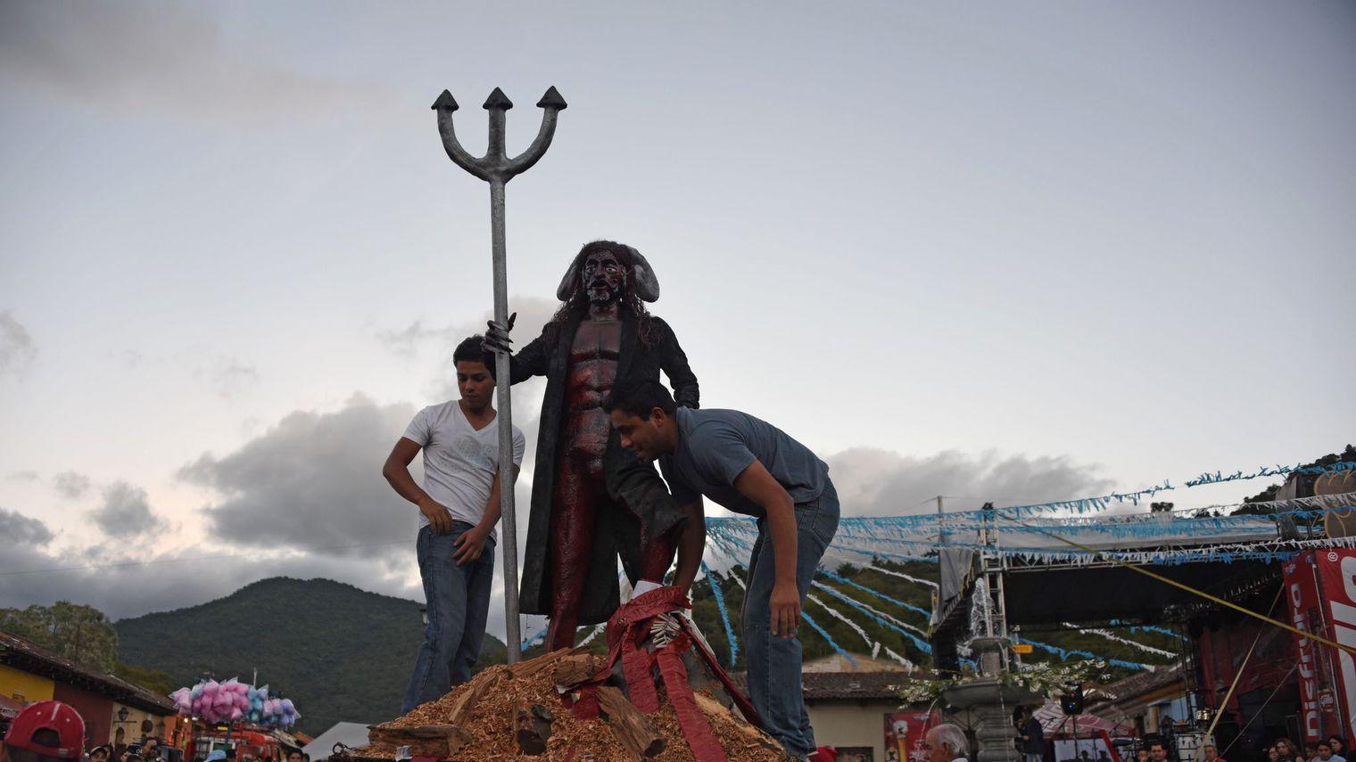 Des hommes préparent un bûcher pour brûler symboliquement le diable, le 7 décembre 2015, dans la ville coloniale d'Antigua Guatemala, à 45 km au sud-ouest de la capitale afp.com/JOHAN ORDONEZ