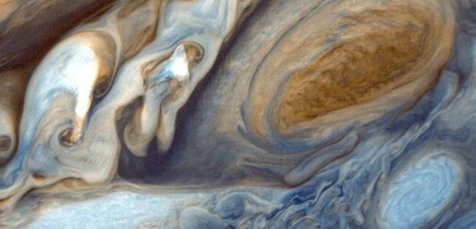 Un gros plan sur la grande tache rouge de Jupiter, photographiée par la sonde Voyager 1.