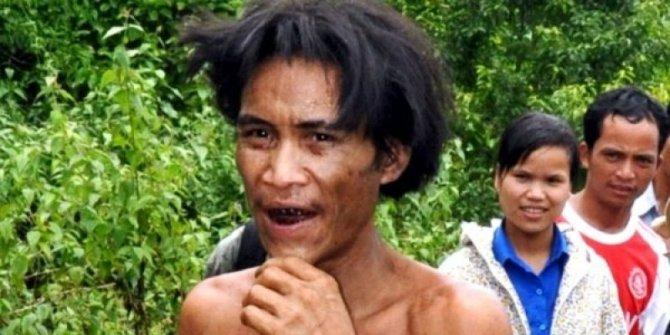 Ho Van Lang, vêtu d'un pagne en écorces d'arbre, a vécu 40 ans dans la jungle avec son père, âgé de 82 ans et très affaibli © PHOTO AFP