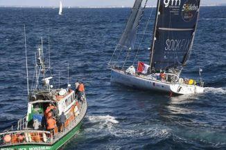 Le skippeur espagnol Didac Costa, escorté par un navire de la SNSM à la suite d'une avarie au départ du Vendée Globe, dimanche 6 novembre. DAMIEN MEYER / AFP