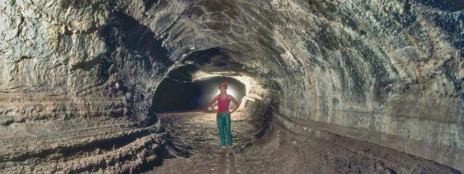 tunnel de lavei,i ci la caverne Valentine, au Lava Beds National Monument en Californie