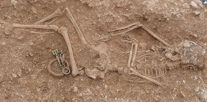 Des bijoux somptueux trouvés dans des sépultures anglo-saxonnes âgées de 1 500 ans (vidéo) By Jack35 Capture22