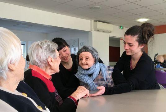 Maladie d'Alzheimer : les patients reprennent la parole en papotant avec Germaine la marionnette (vidéo) By Jack35 3-14