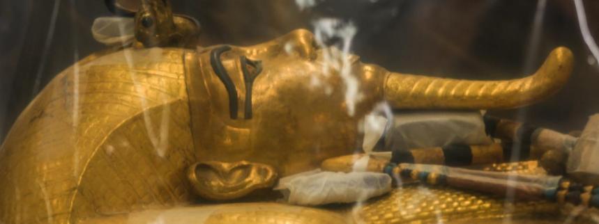 Le sarcophage de Toutânkhamon révélé au grand jour pour être restauré (vidéo) By Jack35 1-13