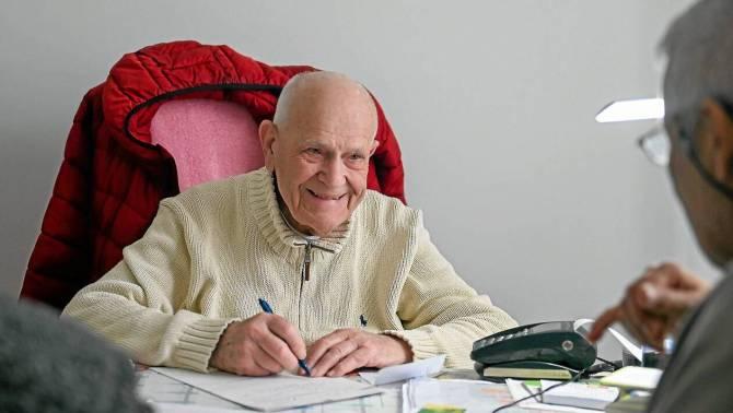 98 ans, il est le plus vieux médecin généraliste en exercice de France (vidéo) By Jack35 1-22