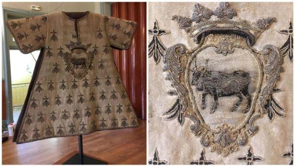 Le tabard, une relique du XVème siècle restaurée et présentée au public (vidéo) By Jack35 1-28