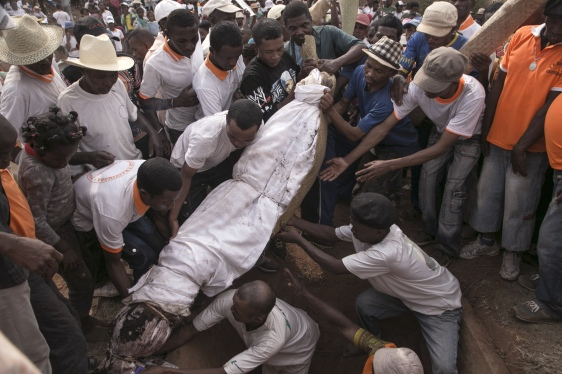 Rituels funéraires : Famadihana, Madagascar (vidéo) By Jack35 1-84