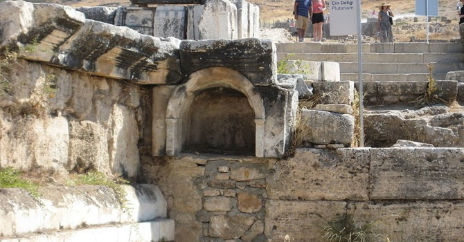Plutonium, la porte des enfers d'Hierapolis, révèle le secret de ses vapeurs meurtrières (vidéo) By Jack35 1-34