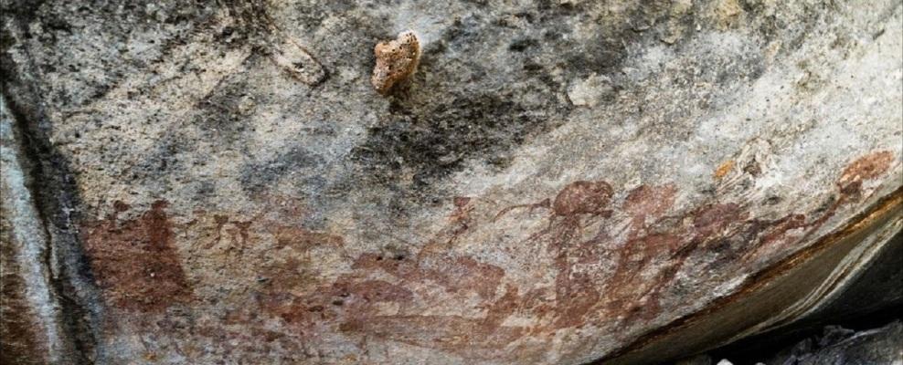Des personnages étranges avec d'énormes têtes retrouvés peints dans un abri sous roche en Tanzanie (vidéo) By Jack35 1-59